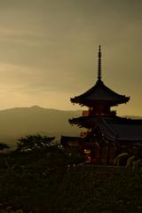 夕焼けに染まる三重塔