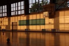 夕日が入りこむ体育館