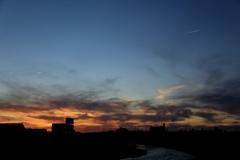 夕景と二つの飛行機雲
