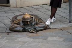 チュミル像(覗きや)