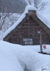 茅葺屋根の長い冬
