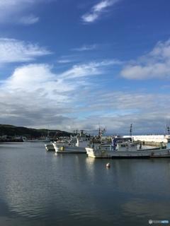 秋空の漁港