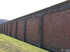 高いレンガ塀