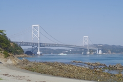 鳴門大橋と観潮船