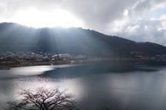 朝日の湖面照射