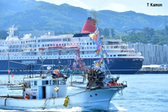 にっぽん丸を歓迎する漁船②