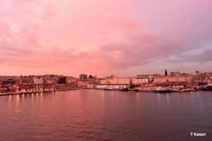 ピンク色に染まった港