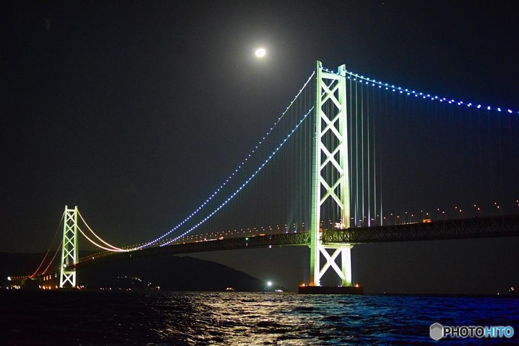 明るい月と明石海峡大橋