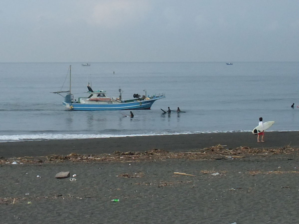 サーファーと戯れる漁船、誠力丸2