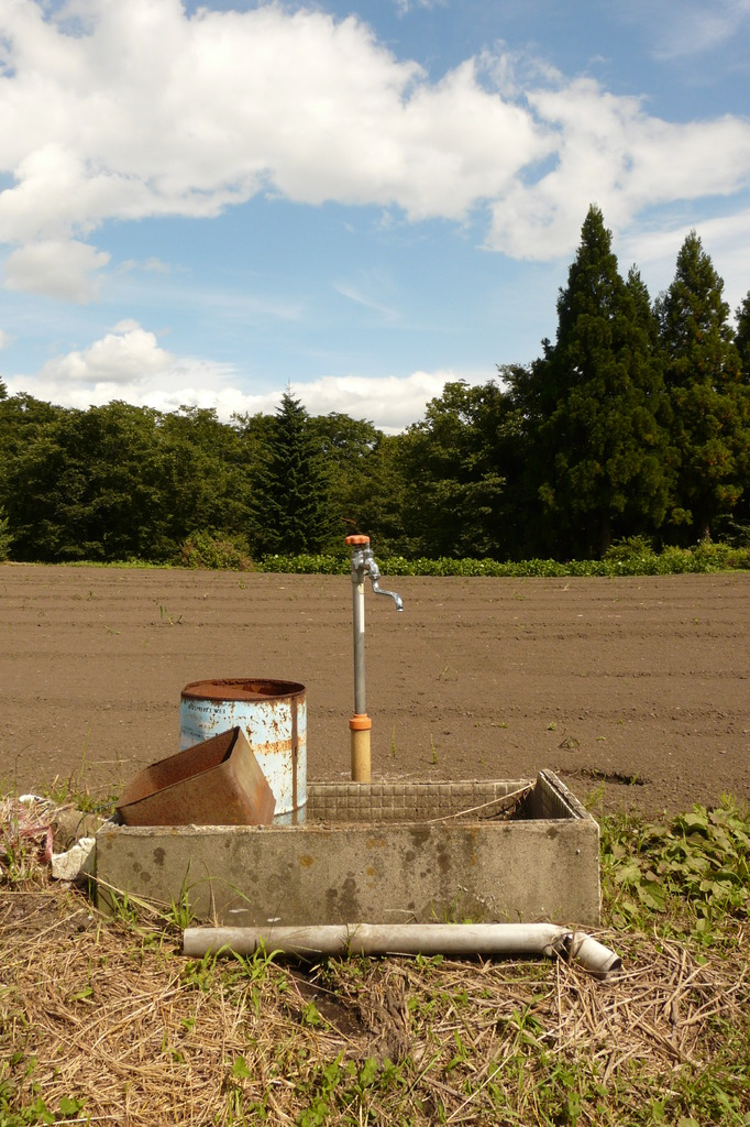 畑の脇の水道