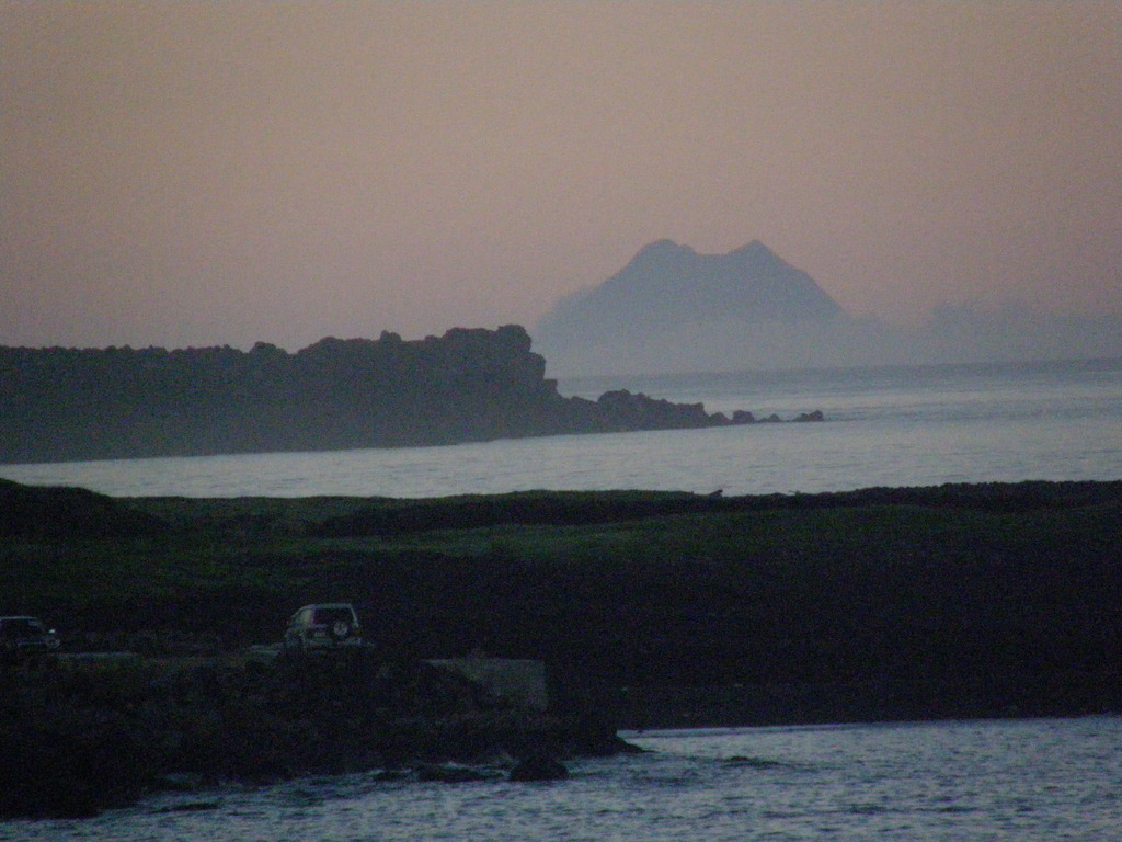 朝靄に煙る北硫黄島