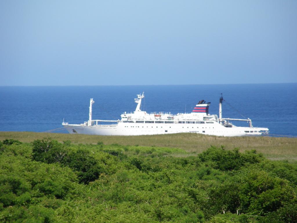 硫黄島沖に停泊中のおがさわら丸