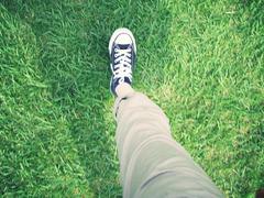 芝生とスニーカー