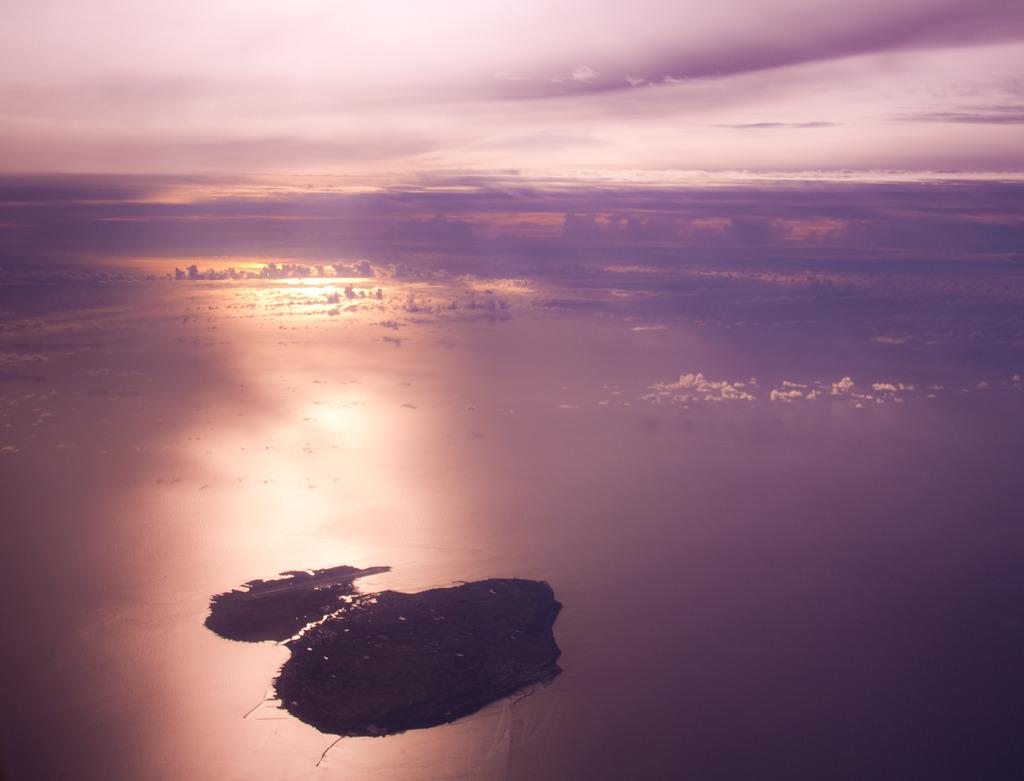 紅の島、紫の海