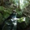山道にある小さな滝