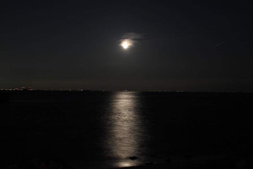 淡路島から望む月明かり