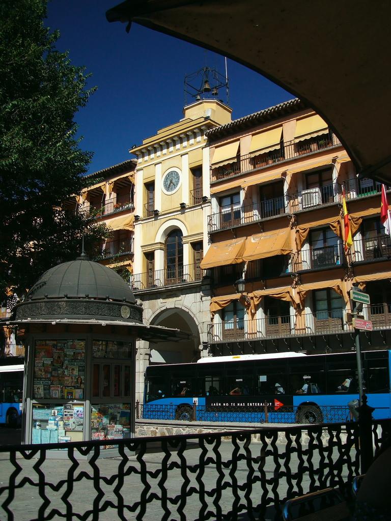 青いバス、碧い空