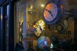 時計のあるショーウインドー
