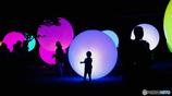 チームラボ 大村の神社に浮遊する球体