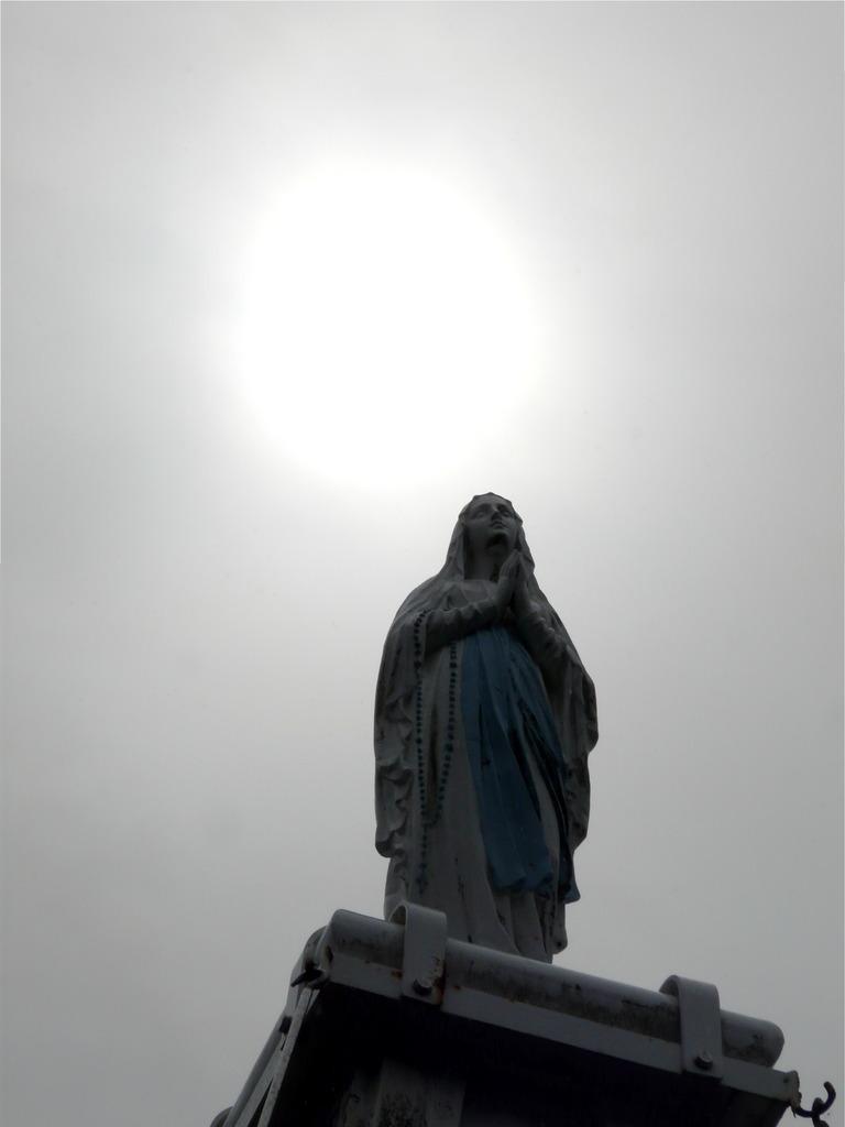 出津教会/玄関部 塔上のマリア