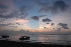 日の出前の海岸