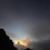 光る雲と星空