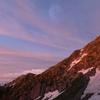 朝焼けの中岳と月