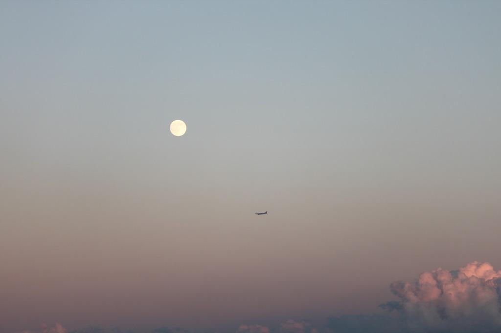 夕暮れの「中秋の名月」飛行