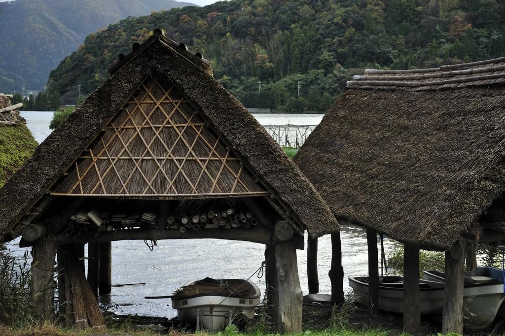 藁葺き屋根の舟屋