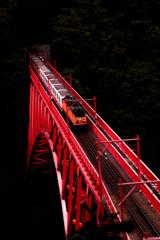 紅橋を渡る