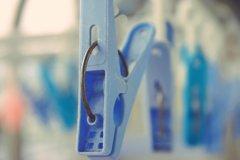 青い洗濯バサミ