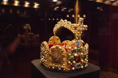 ウィーン3日目 王宮 宝物展 有名な王冠?