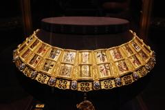 ウィーン3日目 王宮 宝物展 首飾りかな?