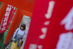 Kamakura散歩 佐助稲荷神社 鳥居を歩く女性