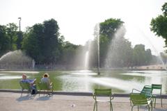 コンコルド広場周辺 ベンチで休む人