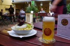 ウィーン お昼ごはん ビール(ヘレス)とサラダ