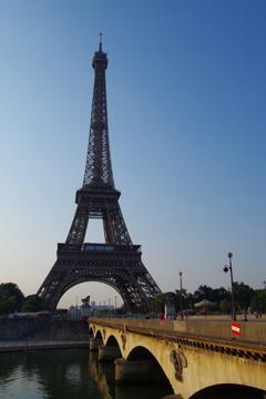 朝のエッフェル塔と橋