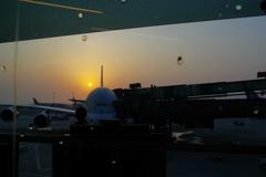 ウィ-ン・チェコの旅 ド-ハ空港 朝日と飛行機
