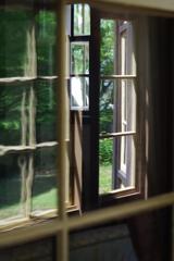 外交官の家 端午の節句 古いガラス窓からの風景