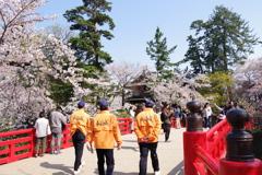 弘前さくら祭り 赤い橋とスタッフの方々の後ろ姿