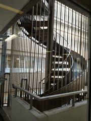 滑り台になってる螺旋階段 日赤病院