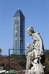 彫刻と東山タワー 東山動植物園