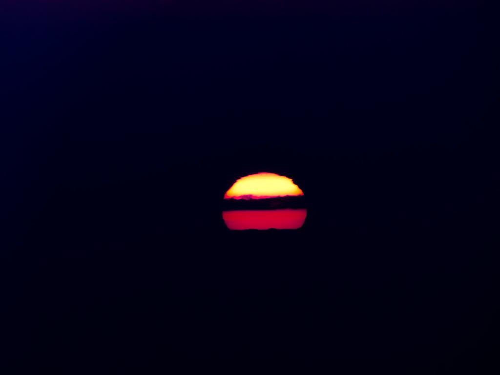 佐渡ヶ島に落ちる夕日