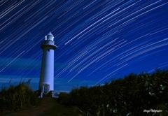 灯台に降り注ぐ星たち