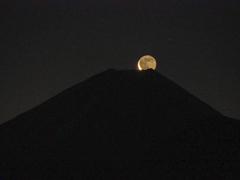 昇る月  地球照