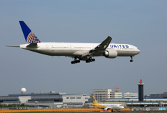「すかい」 UNITED 777-322 N2831U 着陸します