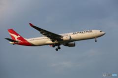 「曇り」 QANTAS A330-303 VH-QPI 着陸します