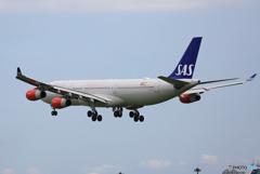 「良い天気」 SAS A340-313 LN-RKG 到着