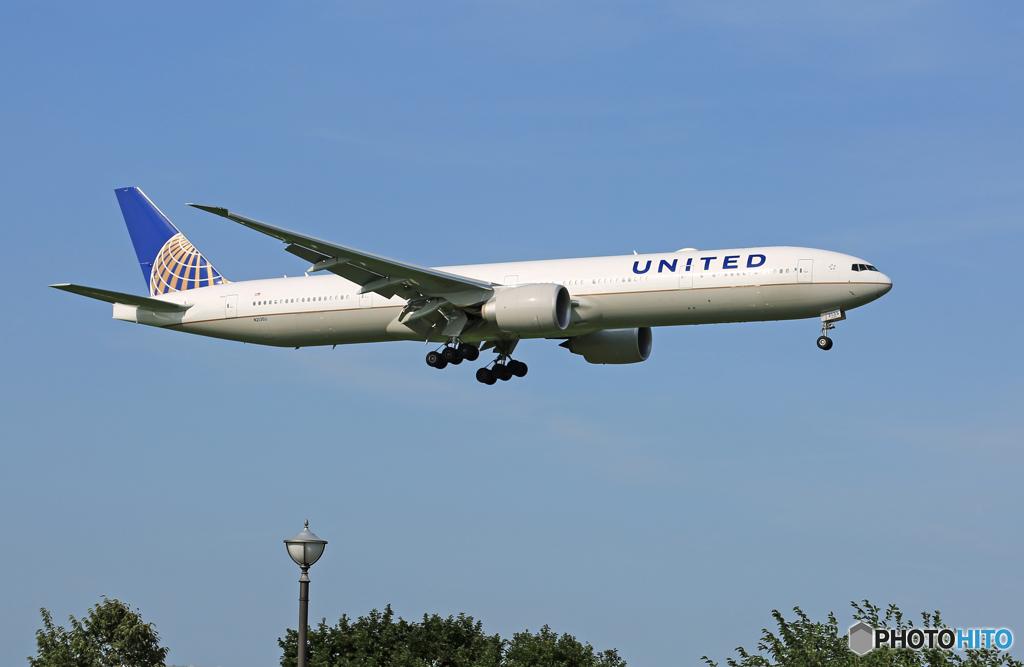 「晴れ」 United 777-332 N3135U 着陸