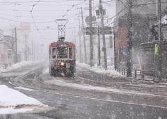 雪降る町の路面電車